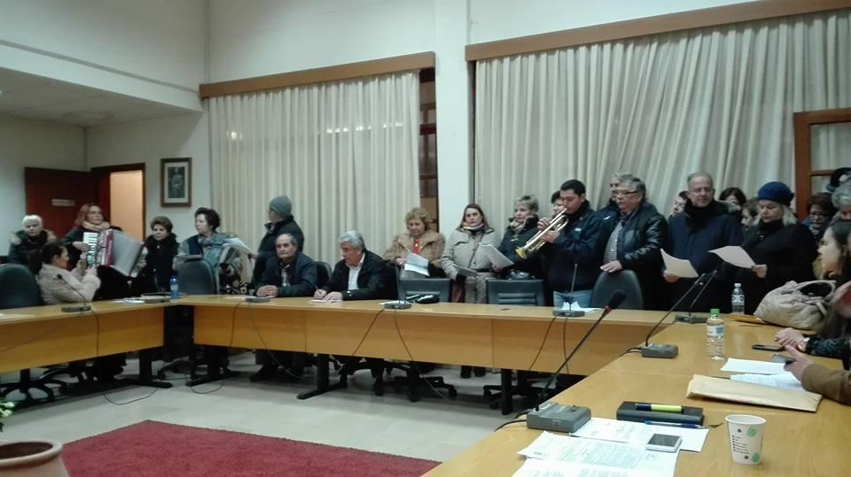 """Η χορωδία απο το σύλλογο """"Δίδυμα Τείχη"""" στο δημοτικό συμβούλιο του Δήμου Διδυμοτείχου (φωτο)"""